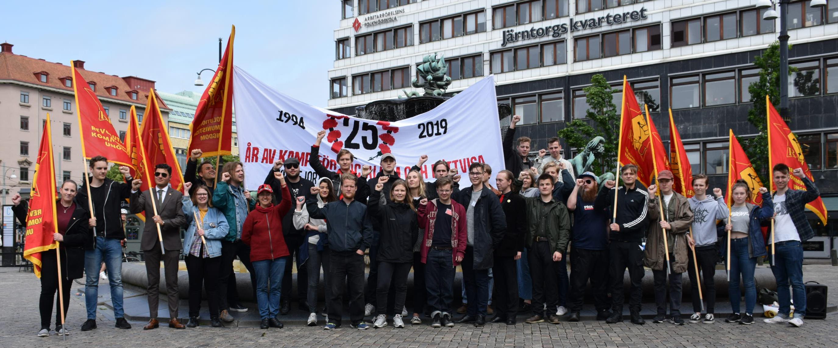 Gruppbild efter torgmötet till stöd för Venezuela på lördagen