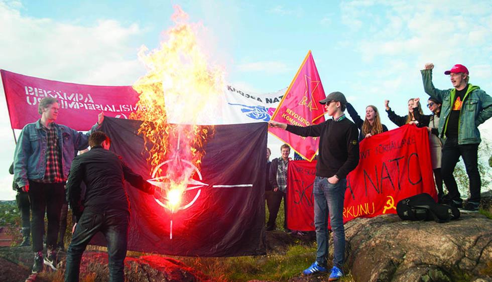 Flaggbränning vid motdemonstration mot Nato